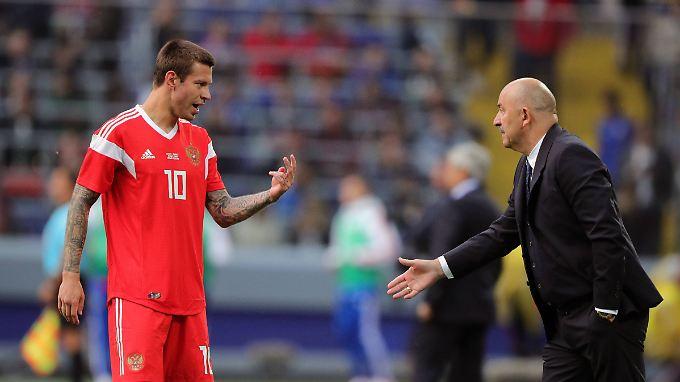 Trainer und Spieler tauschen sich über Nuancen aus.