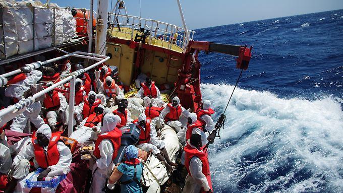 """Ärzte Ohne Grenzen sprach von einer """"extrem stressigen Nacht. (Im Bild: Das Rettungsschiff """"Seefuchs"""" der Regensburger Organisation Sea-Eye.)"""