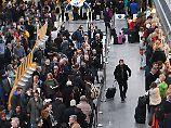 Dichtes Gedränge im Terminal 1 des Frankfurter Flughafens (Archivbild).