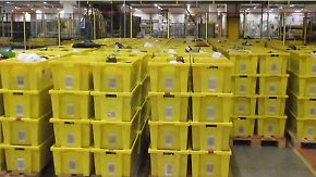 """Versandmethode """"Destroy"""": Warum Amazon-Retouren in der Müllpresse landen"""