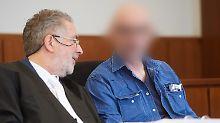 Werner S. (hier mit seinem Anwalt) wird gefährliche Körperverletzung zur Last gelegt.