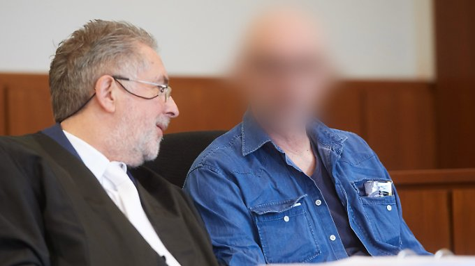 """""""Ich steche dich ab"""": Werner S. (hier mit seinem Anwalt) wird gefährliche Körperverletzung zur Last gelegt."""