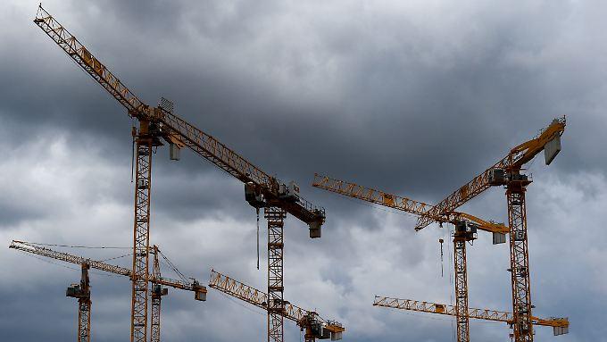 Am Konjunkturhimmel ziehen dunkle Wolken auf: Immobilien-Boom und Fachkräftemangel könnten im Fall eines Abschwungs schnell der Vergangenheit angehören.