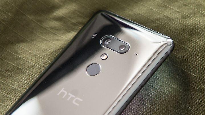 Dieses HTC U12+ ist schwarz, aber im Licht schimmert es eher silbern.