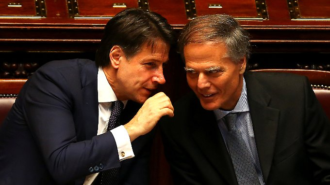 Der italienische Ministerpräsident Giuseppe Conte (links) im Zwiegespräch mit seinem Außenminister Enzo Moavero Milanesi.