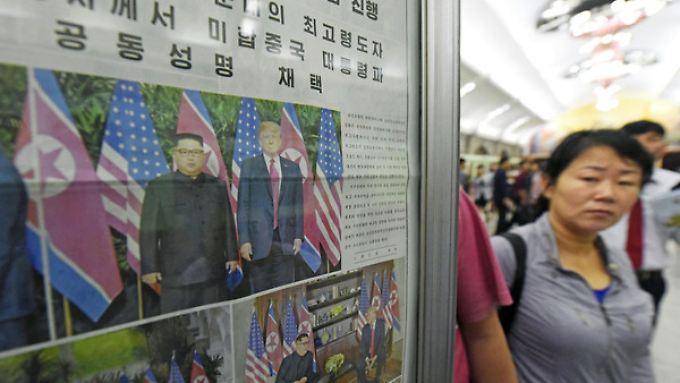 In einer U-Bahn-Station in Nordkoreas Hauptstadt Pjöngjang ist die Titelseite einer Zeitung mit Fotos vom Treffen zwischen Kim und Trump ausgestellt.