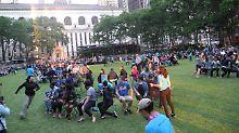 Kinderspiel für die Großen: Hunderte New Yorker tanzen um Stühle