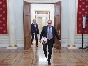 Vor dem Start der WM spielt Wladimir Putin den großen Fußballfreund.