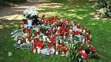 Am Tatort erinnern Blumen an das Opfer.