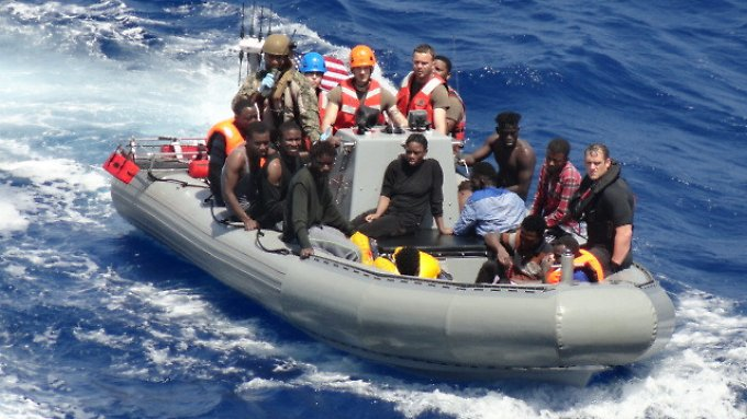 """40 Überlebende und 12 Leichen hat die """"Trenton"""" vor der Küste Libyens geborgen."""