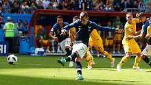 Antoine Griezmann tritt zum ersten Elfmeter an, der bei einer WM per Videobeweis entschieden wurde.