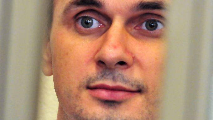 Oleg Senzow verfolgt im Mai 2014 seinen Prozess aus einem Gerichtskäfig heraus.