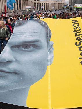Demonstranten fordern kurz vor der WM in Moskau die Freilassung Senzows.