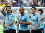 Luis Suárez (l.) hat Uruguay ins Achtelfinale der Fußball-WM geschossen.