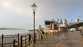 Am Liverpooler Mersey-Ufer schwören sich Liebende die Treue - unzählige Vorhängeschlösser zeugen davon.