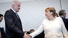 Angela Merkel und Horst Seehofer erzielen nach heftigem Streit einen Kompromiss.
