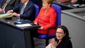 Generaldebatte im Bundestag: Merkel verteidigt Asylkompromiss, Nahles zeigt rote Linie auf