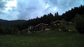 Auch abends schön anzusehen: Der Leitlhof ist das einzige Hotel in Innichen in Hanglage.