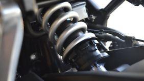 Das Federbein zur Zugstufeneinstellung der Honda CB 650 F lässt sich problemlos erreichen.