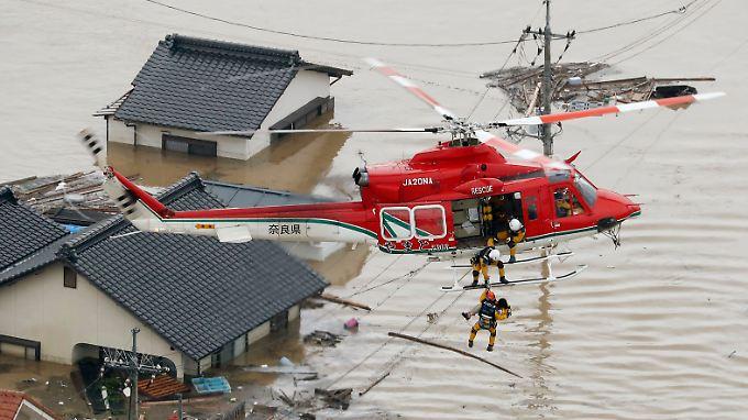 Insgesamt sechs Millionen Menschen sollen ihre Häuser verlassen. Viele sind von den Wassermassen eingeschlossen.