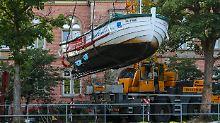 """Das gesunkene Ausflugsboot """"Marianne"""" wurde inzwischen aus dem Wasser gehievt. Nun sollen die Ursachen für den plötzlichen Wassereinbruch geklärt werden."""