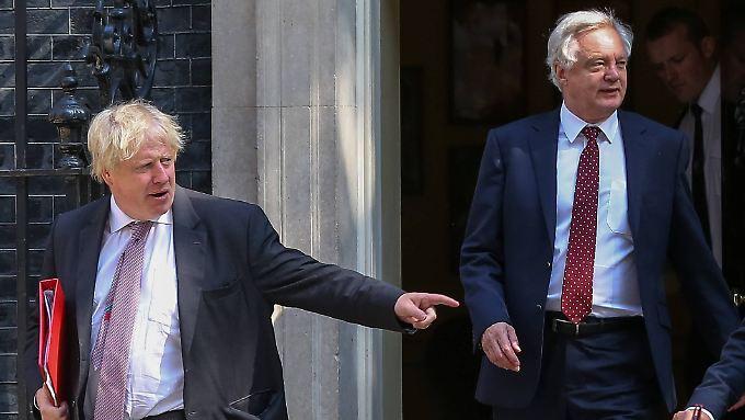 Mit Boris Johnson (links) und David Davis gehen zwei Brexit-Hardliner.