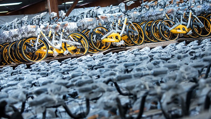 In der Lagerhalle von Harald Ploß stehen rund 10.000 Obikes.