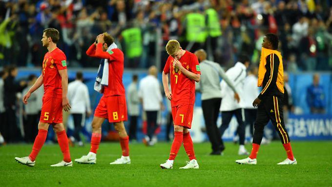 Nach dem WM-Aus gegen Frankreich im Halbfinale sind Belgiens Fußballer um Kevin De Bruyne (2.v.r.) niedergeschlagen.
