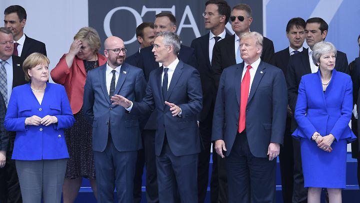 Gruppenfoto in angespannter Atmosphäre: der Nato-Gipfel in Brüssel.