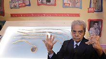 Verformte Hand nach 66 Jahren: Mann schneidet Rekord-Fingernägel ab