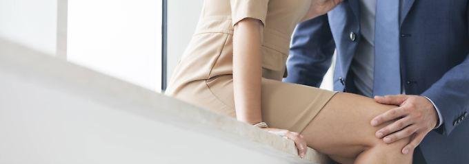 Wer eine Beziehung mit einem Kollegen führt, turtelt besser nur privat. Zärtlichkeiten am Arbeitsplatz sollten tabu sein.