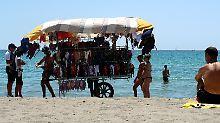 Die Polizei kontrolliert die Strandhändler nun häufiger.