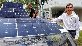 Entwickler Kyron Pijpers vor den fünf Quadratmetern Solardach des Stella Vie.