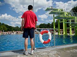 Smartphone statt Kinder: Bademeister beklagen nachlässige Eltern