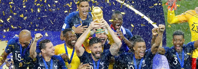 Bilder vom WM-Triumph der französischen Fußball-Nationalmannschaft gibt es in den folgenden vier Büchern en masse.