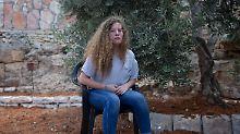 Tamimi undi hre Mutter saßen im Gefängnis, seitdem die Tochter im Dezember einem israelischen Soldaten ins Gesicht geschlagen und ihn getreten hatte.