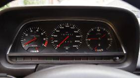 Schlicht und analog, Tacho des Audi 100.