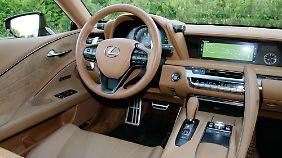 Der Innenraum des Lexus LC 500 ist großzügig mit gegerbter Tierhaut bezogen.