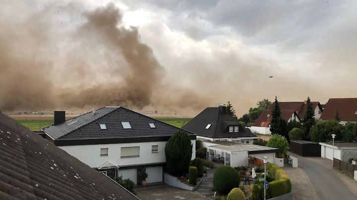 im hessischen Weiterstadt-Gräfenhausen zieht ein kleiner Sturm über ein trockenes Feld.