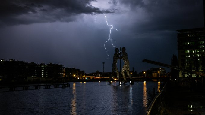 Blitze über der Spree in Berlin.