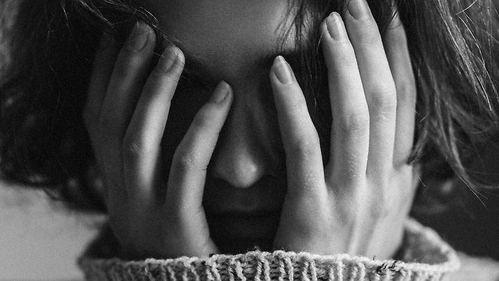 Wenn ein geliebter Mensch stirbt, trauert man. Allerdings jeder auf seine eigene Art und Weise: Die einen reden über die Trauer, die anderen machen ihren Kummer mit sich alleine aus.