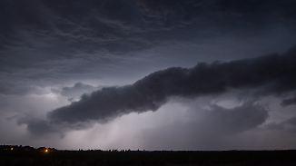 Abkühlung vor freundlicherem Wochenende: Gewitterstreifen liegt quer über der Nacht