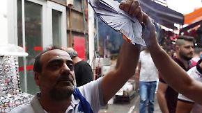 Brennende Dollar, zerstörte iPhones: Türken lassen ihrer Wut auf die USA freien Lauf