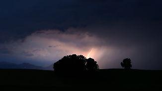 Sonntag verbreitet sonnig: Gewitter im Süden fallen nachts in sich zusammen