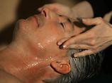 """Wer bei der Gesichtsbehandlung nicht gepellt werden möchte, fragt besser nach """"exfoliating""""."""
