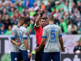 Schalkes Verteidiger Matija Nastasic sah erst Gelb und dann nach Videobeweis Rot - bei einem Wolfsburger lief es kurz darauf andersrum.