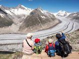 Der längste und größte Eisfluss der Alpen: Blick auf den schrumpfenden großen Aletschgletscher.