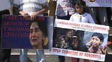 Demonstranten halten bei einer Gedenkveranstaltung zum ersten Jahrestag nach Vertreiben der muslimischen Rohingya-Minderheit Schilder hoch.
