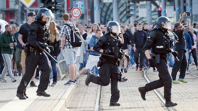 Nach dem Todesfall warfen Demonstranten Flaschen auf Polizisten und bedrohten Ausländer.