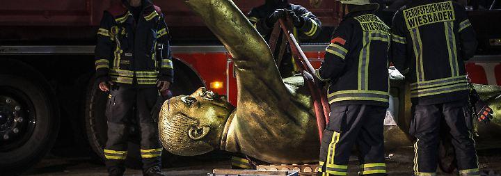 Wortgefechte und Rangeleien: Wiesbaden stürzt umstrittene Erdogan-Statue